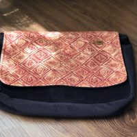 خرید کیف دوشی مدل پونه پاپوک کد ۱۱۱۴۰ در فروشگاه اینترنتی پوشاکچی-مشاهده قیمت و مشخصات
